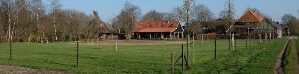 Foto woonboerderij met rood dak vanaf de Bongerd