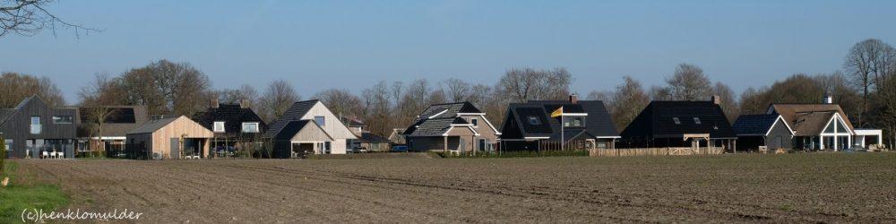 Foto van de nieuwbouw aan de rand van het dorp; aan de Kolkakkers