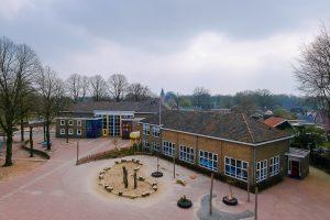 Foto schoolplein en BWB-school vanaf de molen