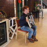 """Foto van Jurgen Nijenbanning die gezellige muziek maakte met zijn accordeon bij de lunch in het zorgcentrum """"De Schoel"""" in Sleen tijdens de Roparit 2019. Een zeer geslaagd optreden van Jurgen!!"""