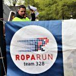Foto van MArtijn Schonenwille - een van de organisatoren van de Roparit. Hij legt aan de deelnemers uit wat er gaat gebeuren.