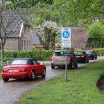"""Foto van auto's (cabrio's, sportauto's en """"gewone"""" auto's) die meededen aan de Roparit 2019. Hier wordt door Orvelte gereden. De Roparit is georganiseerd door de Roparungroep """"De Turfrunners""""."""