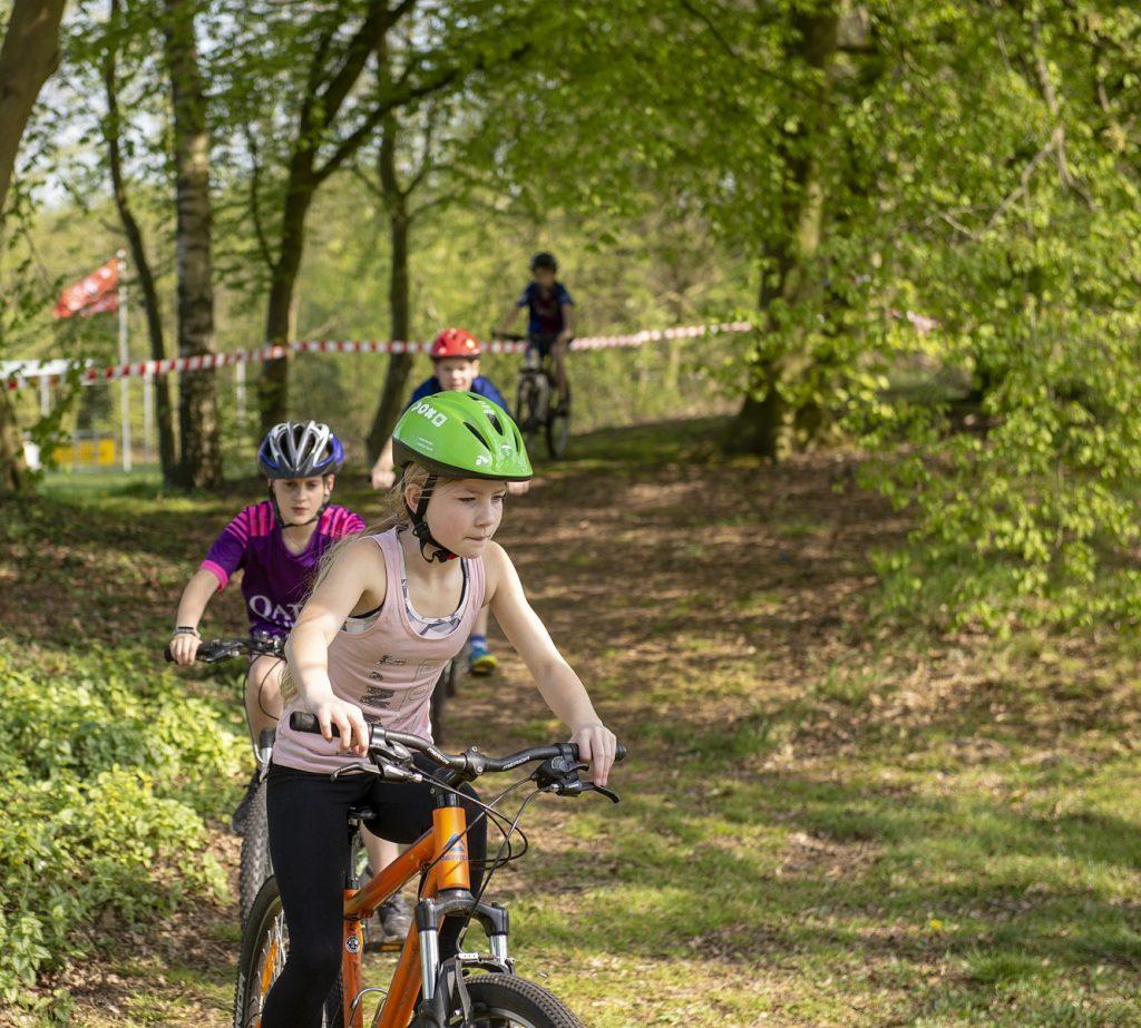 Foto van jeugdige deelnemer aan de mbt-clinic op het sportpark 't Grootveld in Dalen; april 2019.