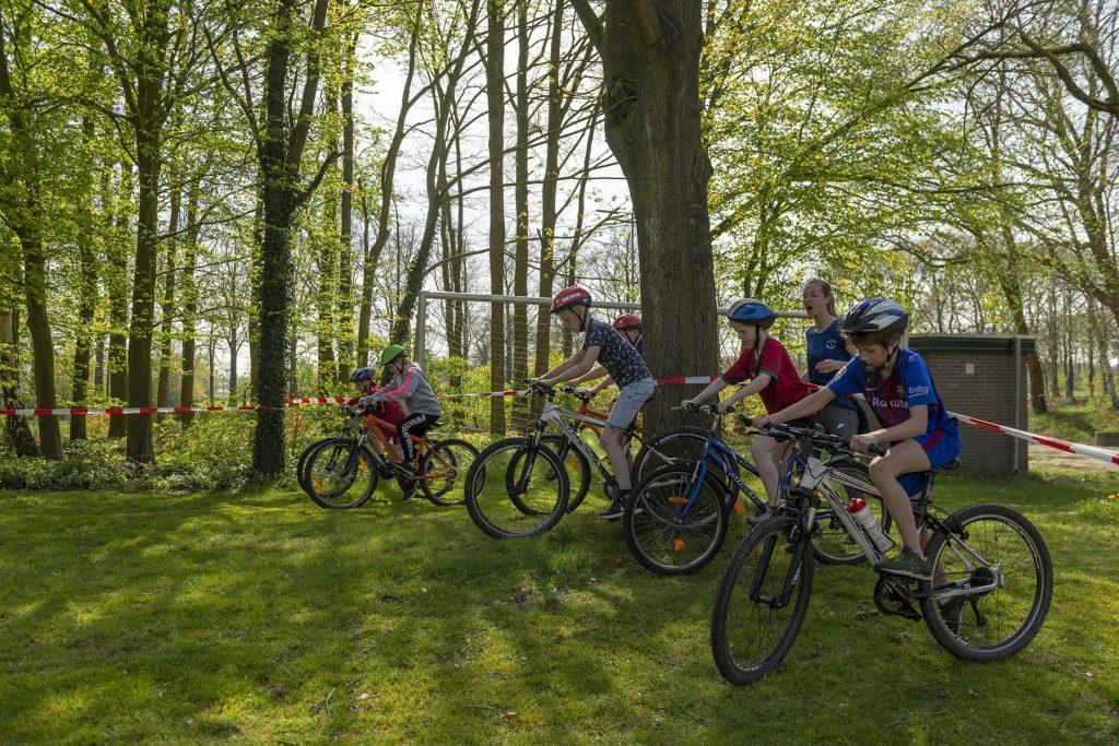 Foto van jeugdige deelnemers aan de mbt-clinic op het sportpark 't Grootveld in Dalen; april 2019.