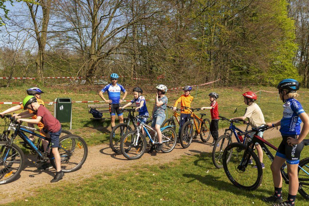 Foto van begeleider met aantal jeugdige deelnemers aan de mbt-clinic op het sportpark 't Grootveld in Dalen; april 2019.