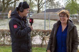 Foto Harm Dijkstra van RTV Drenthe interviewt mw. Anna Wiers van de Stichting Aold Daol'n tijdens de nationale molendag in 2019 bij molen de Jan Pol
