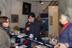 Foto Harm Dijkstra van RTV Drenthe interviewt twee dames in nde molen Jan Pol tijdens de nationale molendag 2019