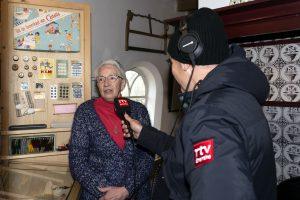 Foto Harm Dijkstra van RTV Drenthe interviewt mw. Jantje Scholten van de sticting Aold Daol'n inde molen Jan Pol op de nationale molendag 2019.
