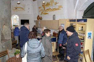 Foto Overzicht van bezoekers in de molen Jan Pol op de nationale molendag 2019.