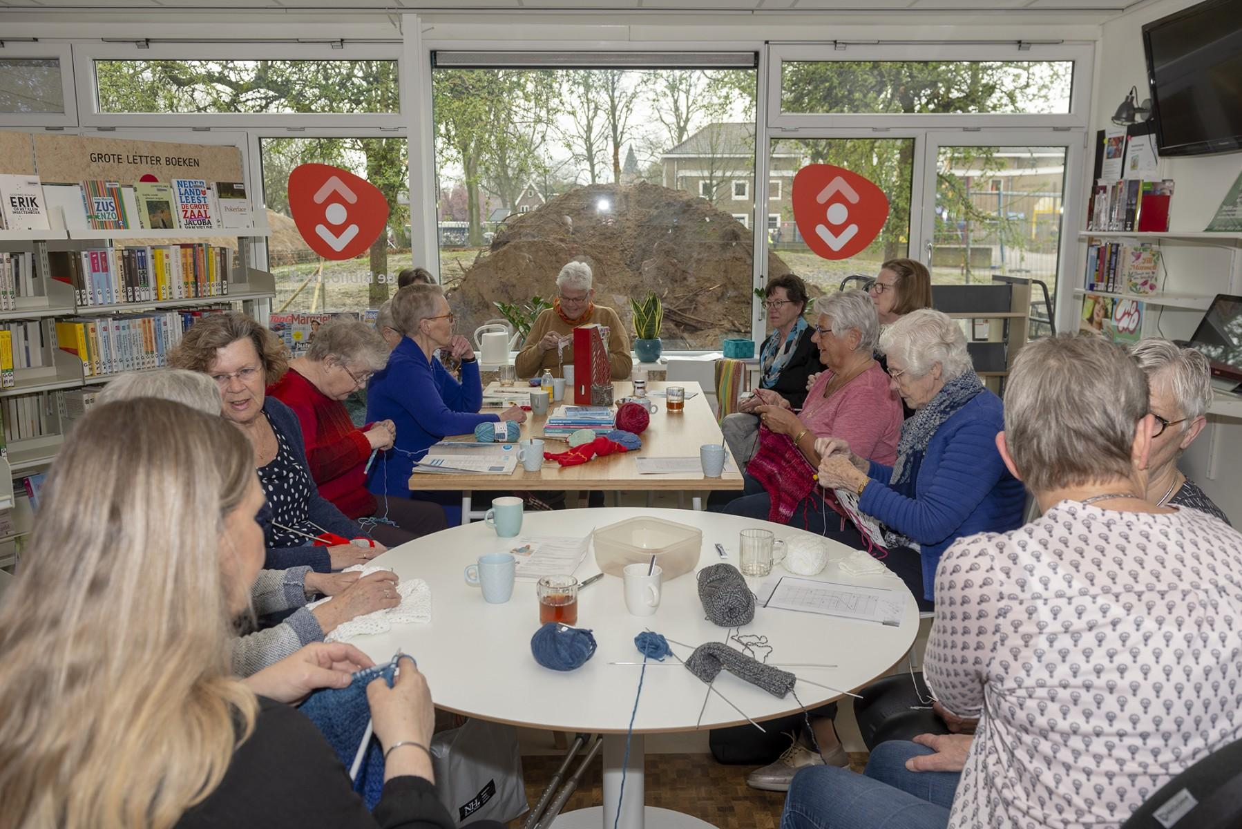 """Foto van handwerkende dames in het """"Handwerkcafé"""" in de bibliotheek in Dalen."""