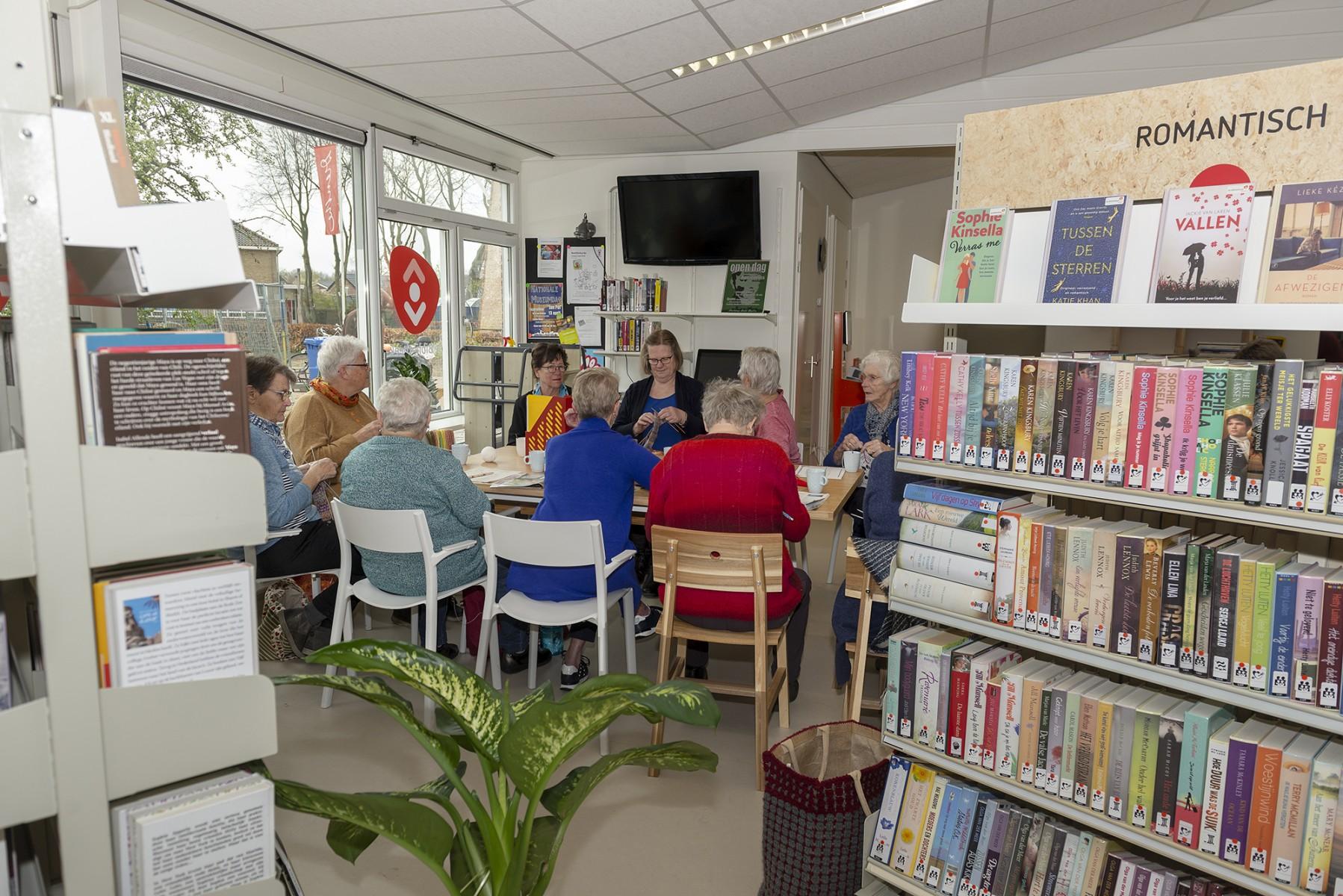 Foto van handwerkende dames in het handwerkcafe in de bibliotheek i