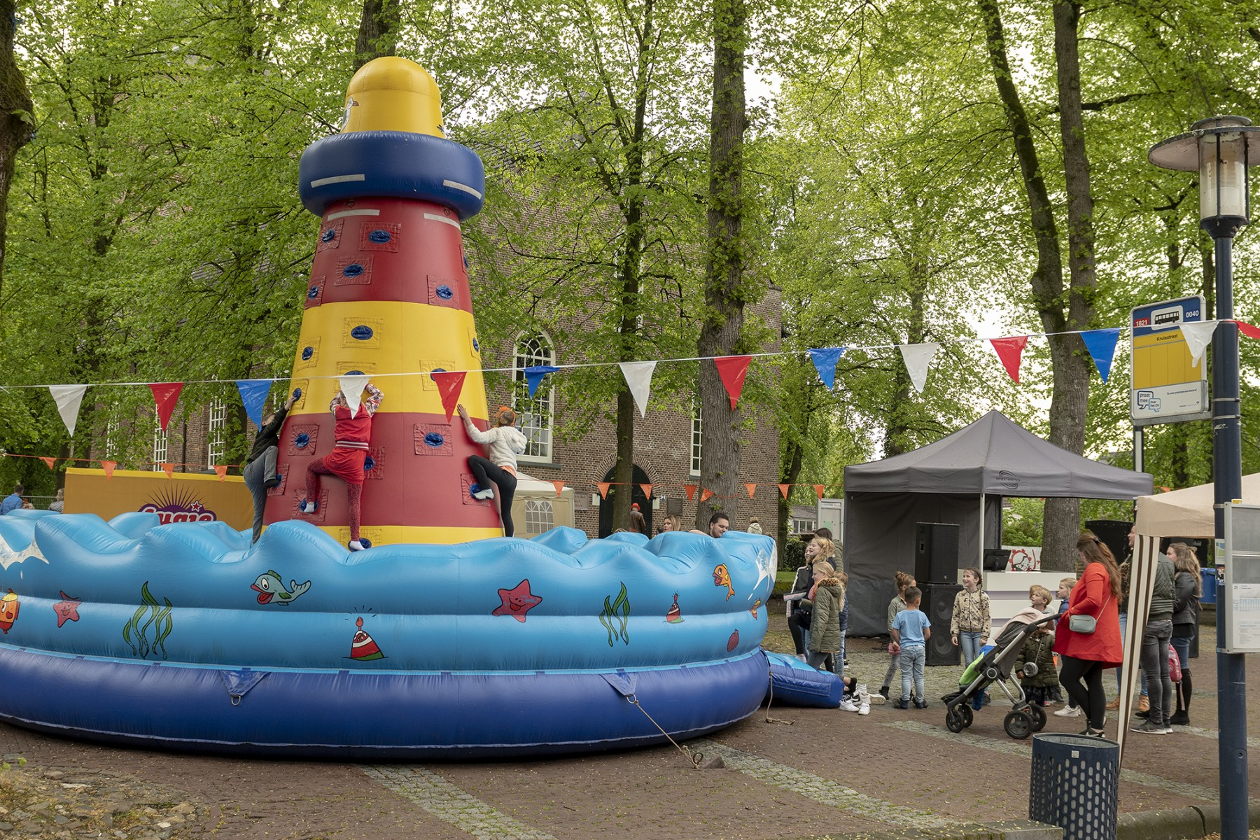 Foto van spelende kinderen op de markt in Dalen op koningsdag 2019.