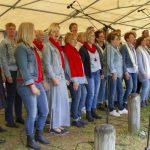 """Foto van de zanggroep """"Daler voices"""" die optrad in de Daoler tuun op bevrijdingsdag 2019."""