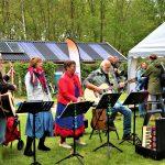 """Foto van de zanggroep """""""" De Dweaalgasten"""" in de Daoler tuun op Bevrijdingsdag 2019."""