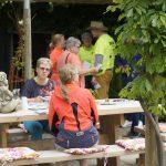 foto van mensen aan picknicktafel fietsen met bestek