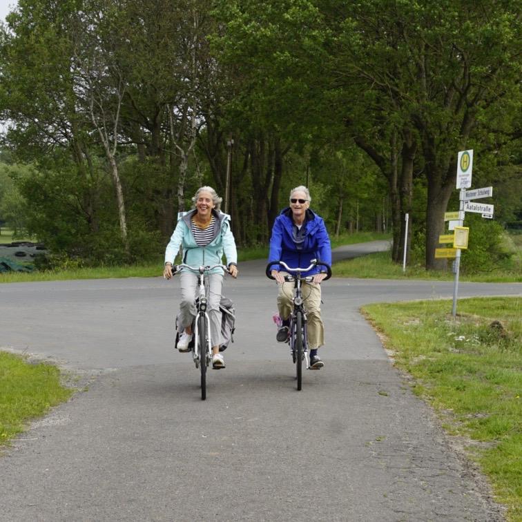 foto van 2 fietsende mensen fietsen met bestek