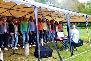 Foto van de het popkoor Sing en Swing uit Coevorden dat optrad in de Daoler tuun op bevrijdingsdag 2019