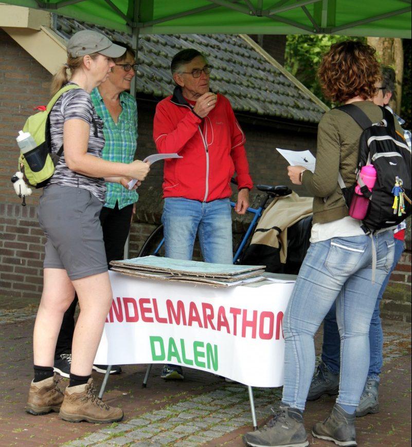 Startpunt van het wandelweekeinde Dalen in mei 2019. Een van de vrijwilligers geeft uitleg aan de deelnemers.