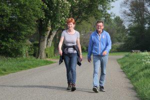 Op de foto 2 wandelaars die meedoen aan het wandelweekeinde Dalen in mei 2019.