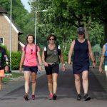 Foto van vijf wandelaars in Wachtum, die mee doen aan het wandelweekendlweekeinde Dalen in mei 2019.
