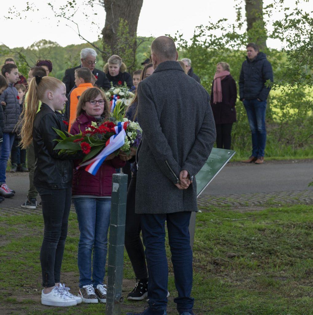 Fpto Schooljeugd legt een krans tijdens de 4 mei herdenking op de Joodse begraafplaats in Dalen; 2019.
