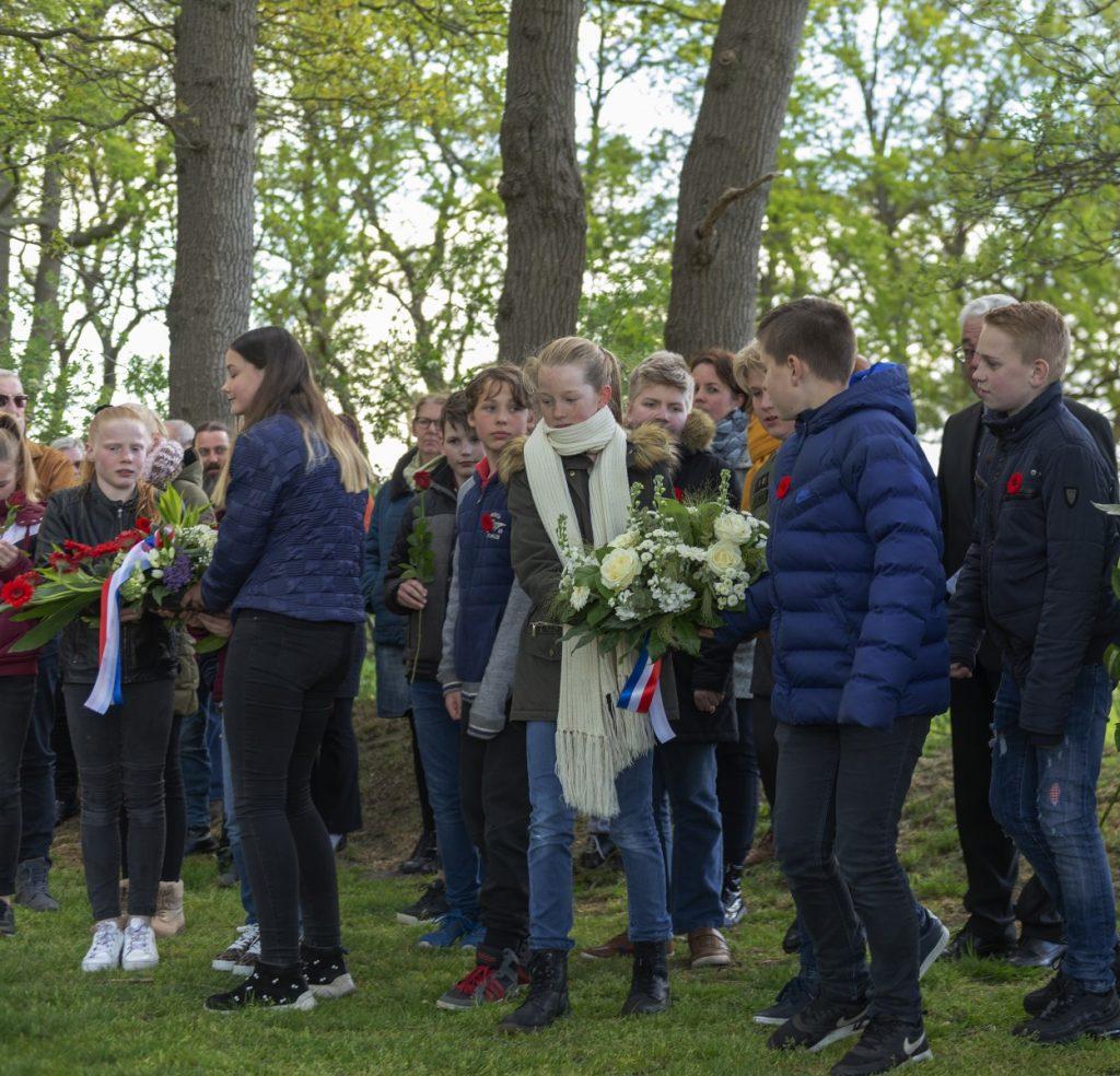 FotpSchooljeugd legt een krans tijdens de 4 mei herdenking op de Joodse begraafplaats in Dalen; 2019.