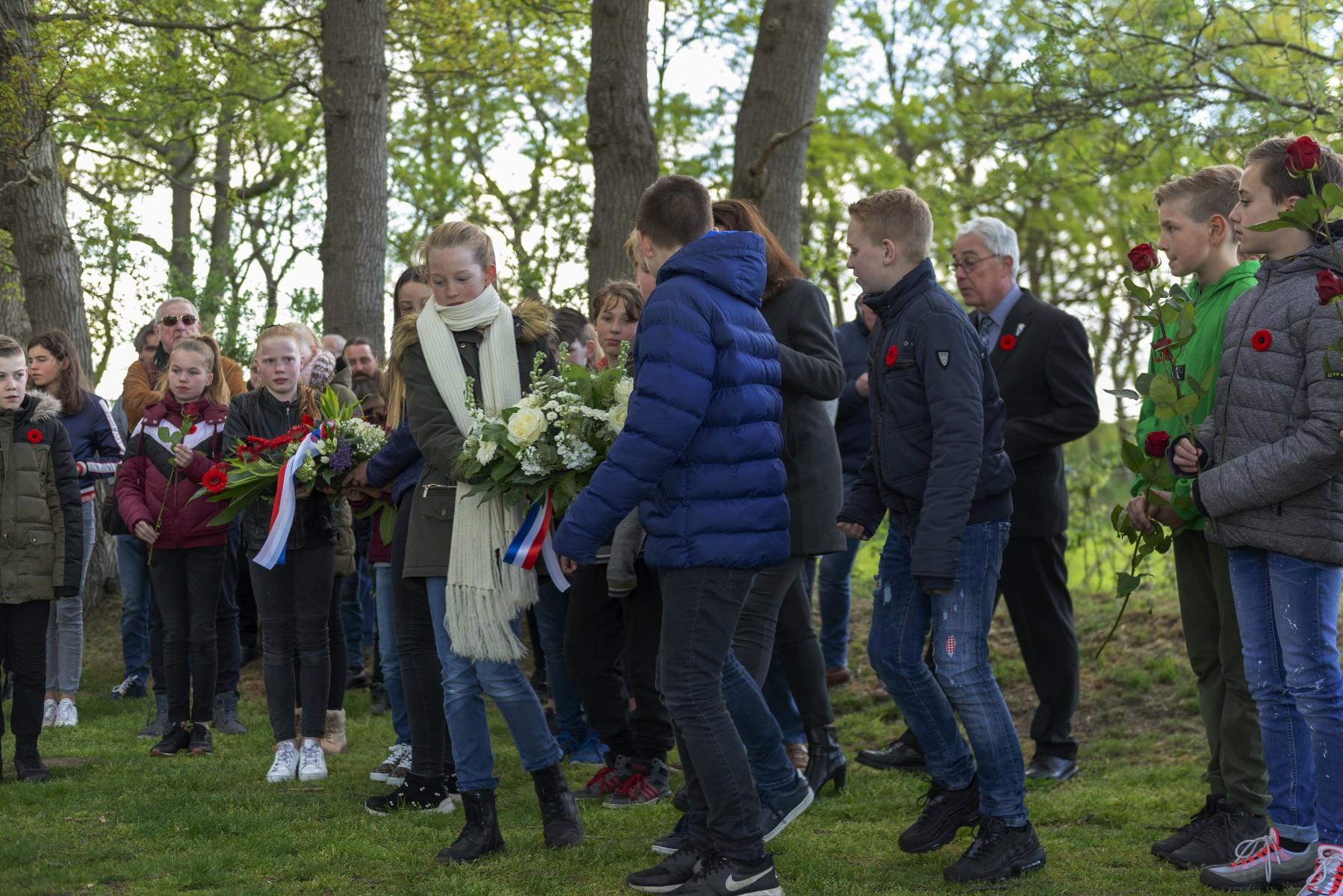Foto Schooljeugd legt een krans tijdens de 4 mei herdenking op de Joodse begraafplaats in Dalen; 2019.