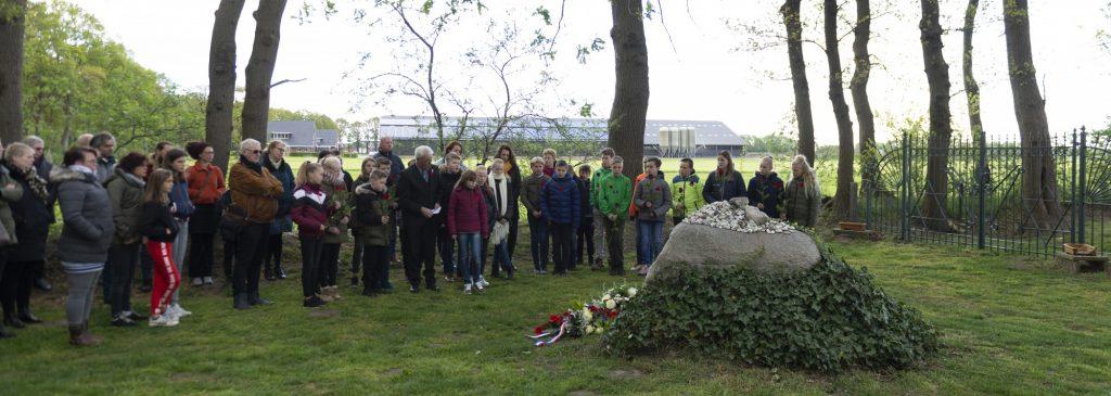 Foto van de 4 mei herdenking op de Joodse begraafplaats in Dalen.