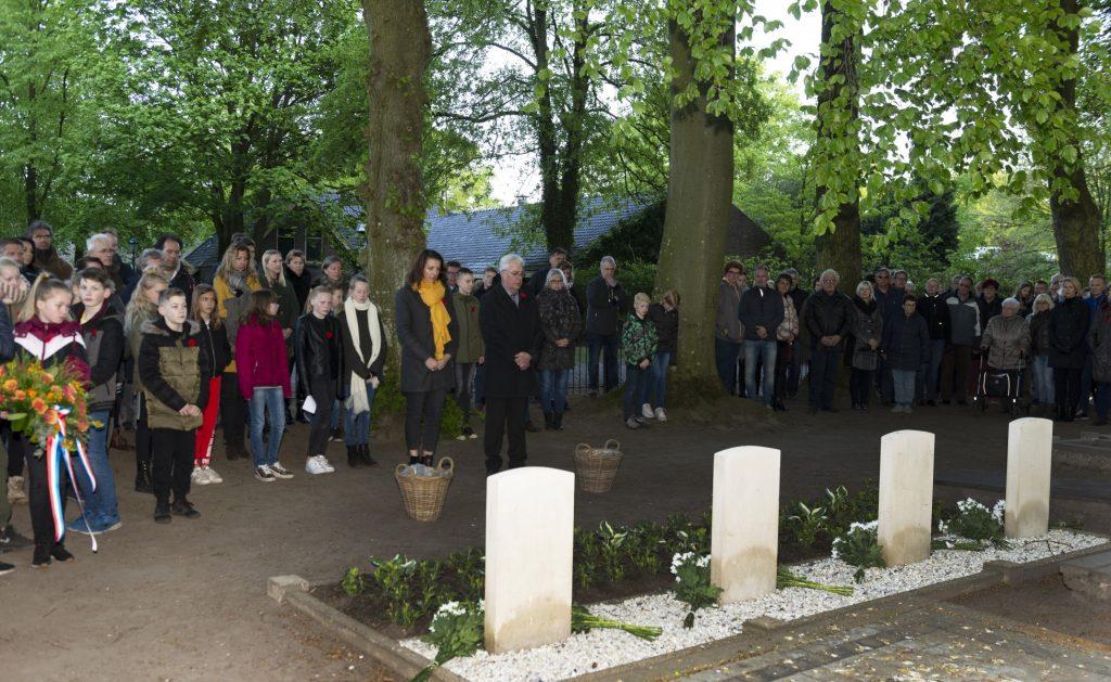 Foto van de 4 mei herdenking op de begraafplaats in Dalen.
