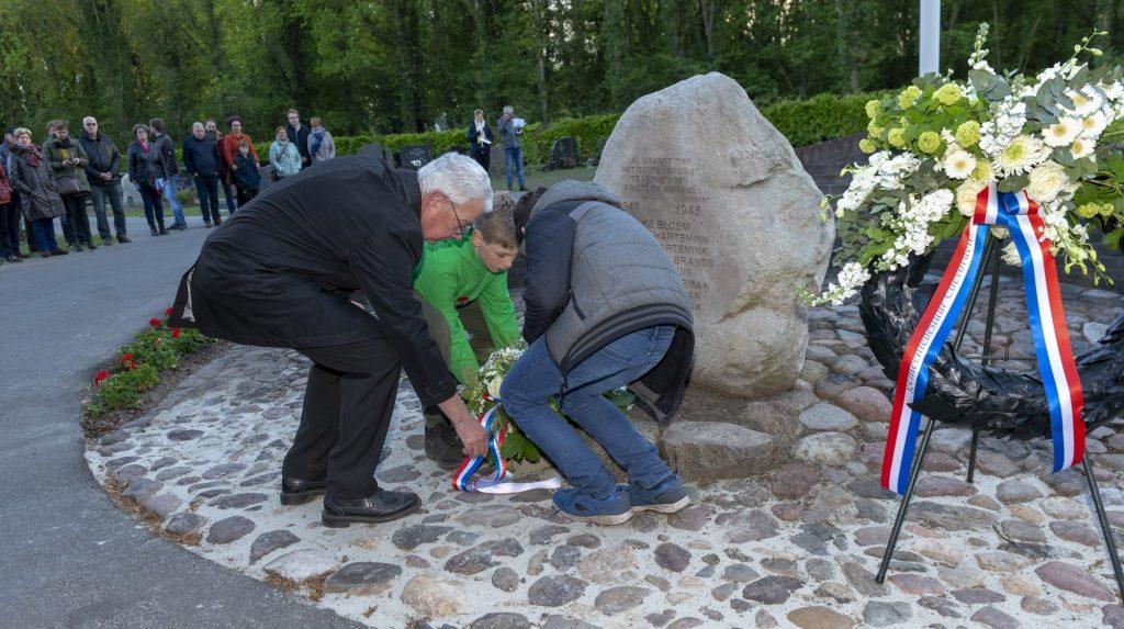 Kranslegging tijdens de 4 mei herdenking op de begraafplaats in Dalen; 2019.