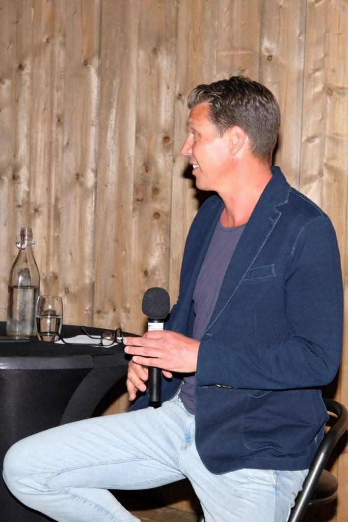 Foto Arjan de Boer tijdens de feestavond van Vrienden van VV Dalen