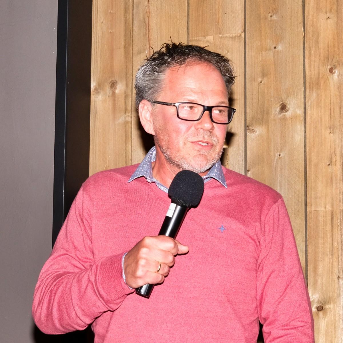 Foto voetbaltrainer Henk de Jong tijdens de feestavond van de Vrienden van VV Dalen