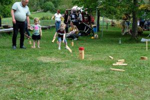 Foto Jeugdige deelnemers aan het Kubb spel; jong geleerd, oud gedaan.