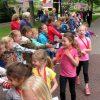 Foto van de mini-roparun. Kinderen van de basisscholen in Dalen, Dalerveen/Stieltjeskanaal en Wachtum lopen verschillende afstanden om geld in te zamelen voor het goede doel; in dit geval voor paliatieve zorg.