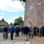 Foto van deelnemers/toeschouwers aan het molenspel bij de molen Jan Pol in Dalen, 2019