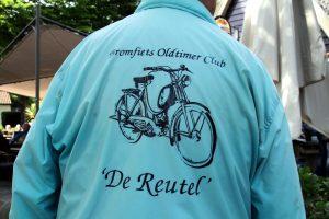 """Foto van lichtblauw jasje met logo en tekst van Bromfiets Oldtimer Club """"De Reutel"""""""