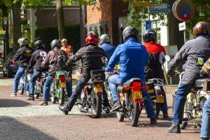 Foto kopfoto van deelnemers die aan de start staan voor de toerrit van de solexclub De Reutel in Dalen; juni 2019