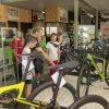 Foto van aantal leerlingen die uitleg krijgen in een fietsenzaak tijdens de Roefeldag 2019.