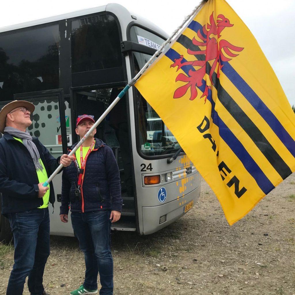 Foto Daler vlag bij bus Team Turfrunners