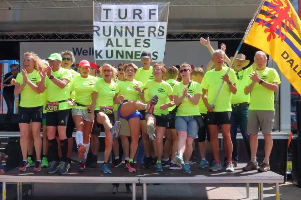 Foto Turfrunners na afloop Roparun, met Daler vlag