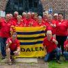 foto vrijwilligers Drentse Fietsvierdaagse met vlag van Dalen