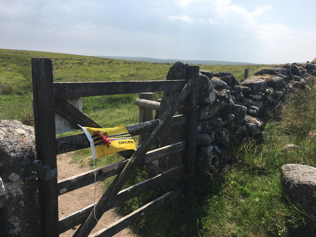 Foto hek met vlag Waar is Dalen Dartmoor