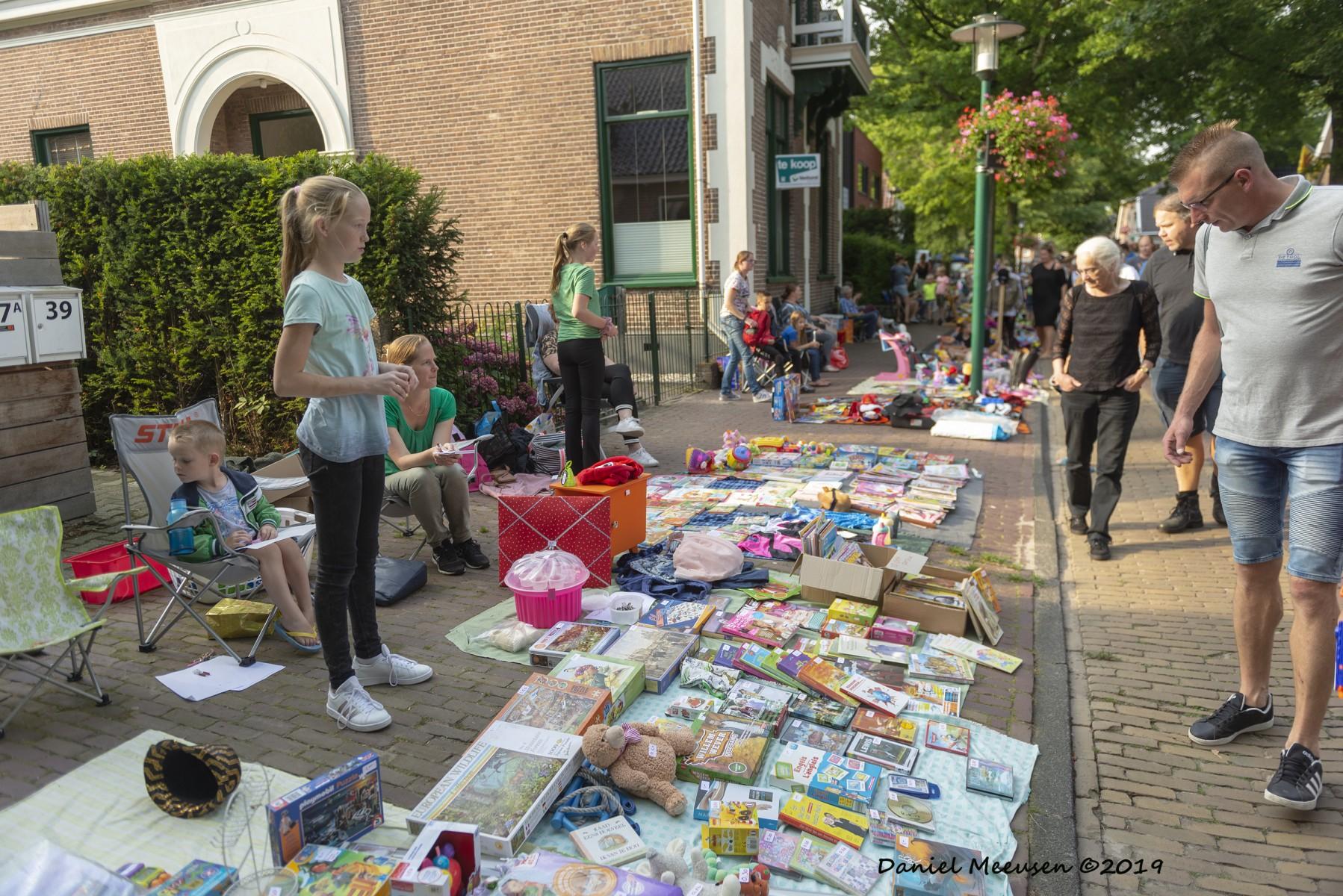 Foto van uitgestalde waren van jeugdige verkoopster, tijdens de kindermarkt in Dalen; 21 augustus 2019.