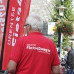 """Foto van een van de organisatieleden met rood shirt met de tekst:"""""""" Drentse rijwielvierdaagse"""""""