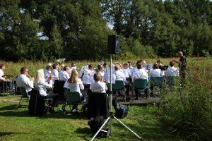 Foto van harmonieorkest Volharding Dalen tijdens een optreden in de Daoler Tuun; september 2019.