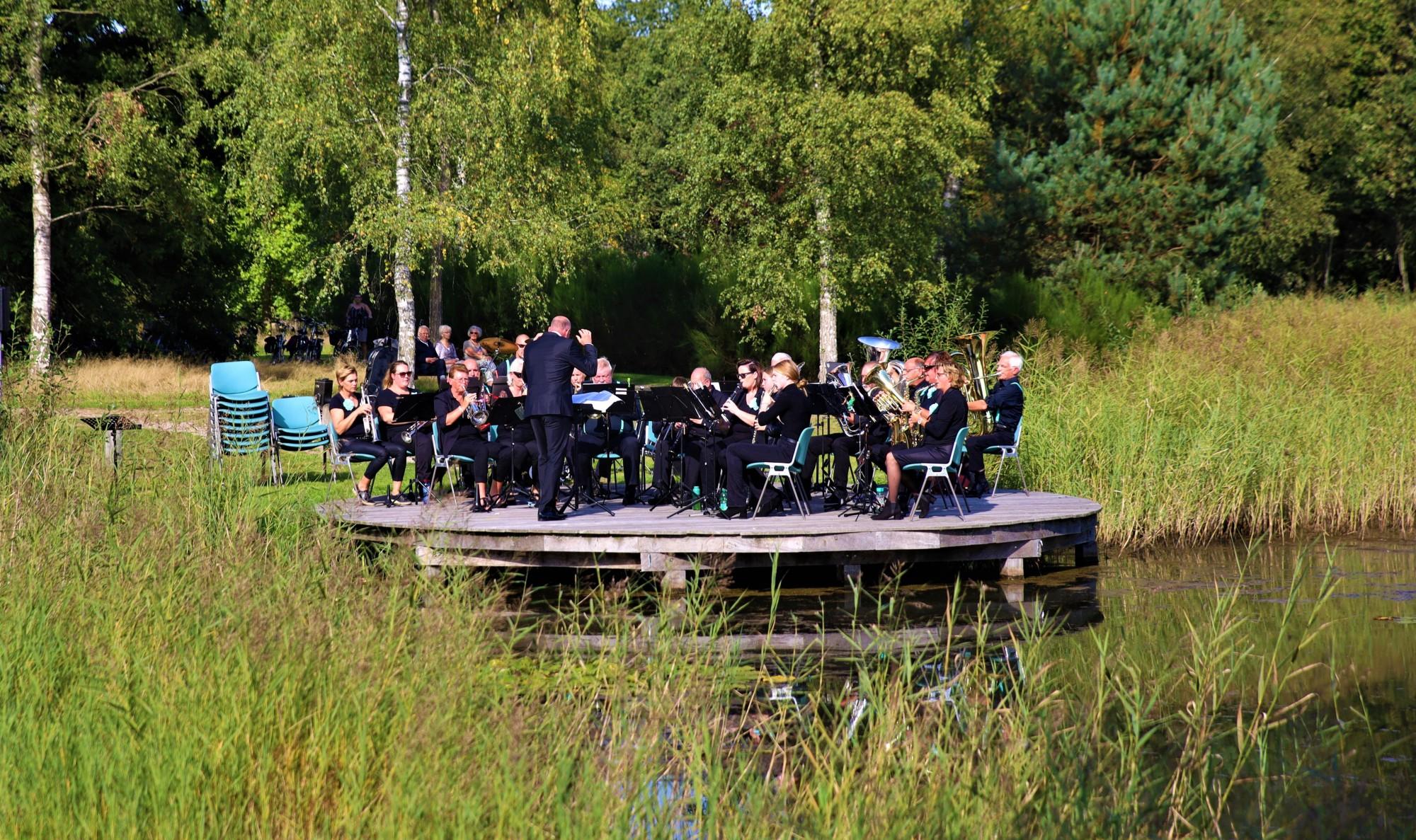 Foto van muziekvereniging De Breibergers uit Dalerpeel tijdens een optreden in de Daoler Tuun; september 2019.