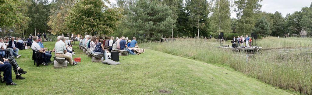 """Foto van het publiek en de de popzanggroep Van 10 tot 12"""", in de Daoler Tuun; september 2019."""
