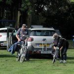 """Foto van deelnemers aan kleintje fiets4daagse"""" bezig met het prepareren van de fietsten"""""""""""