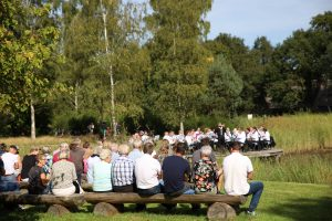 Foto Overzicht van publiek en muzikanten van de muziekvereniging Volharding uit Dalen, tijdens een optreden in de Daoler Tuun; september 2019.