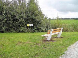 Foto bank met informatiepaal route Klompenpadtien